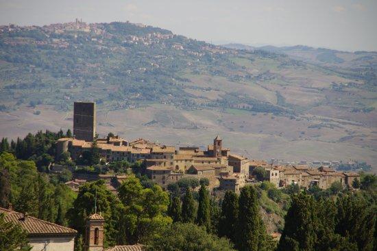 Montecatini Val di Cecina, Italien: Blick vom Förderturm über Montecatini nach Volterra