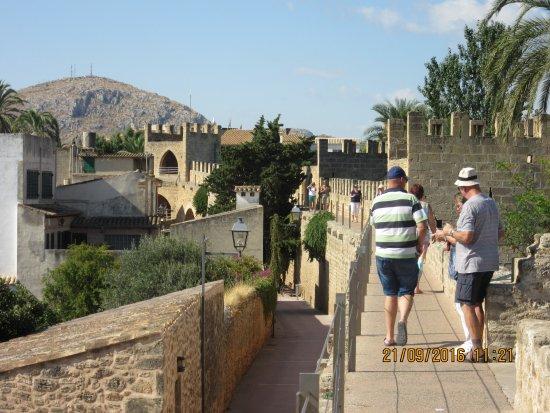 Alcudia Old Town : Op de muur wandelen
