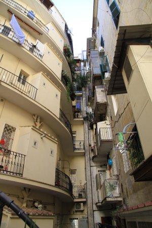 Hotel Allo Statuto: Вид на двор (некоторые комнаты с окнами на дорогу)