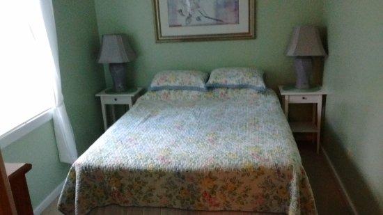 Rose Eden Cottages: Master bedroom