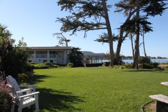 Baywood Park, Kalifornien: View of the Inn from the gorgeous lawn bordering the waters of the Back Bay