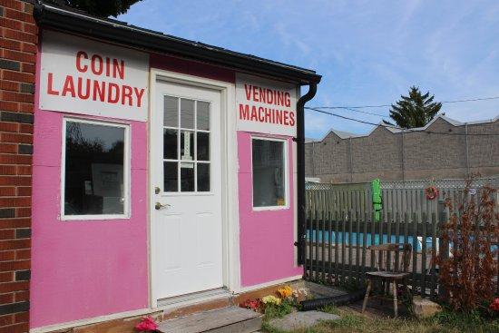 Ritz Inn Niagara & Wedding Chapel: Coin laundry