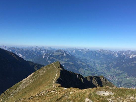 Thun, Zwitserland: Von dieser Bergkante auf dem Niesen sind wir gestartet