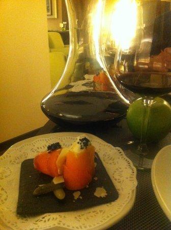 Monachil, España: Rollito de salmón, queso y aguacate. De fondo el decantador de vino y el restaurante.