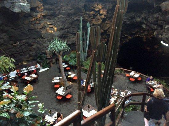 Punta Mujeres, İspanya: Restaurant in der Lavahöhle
