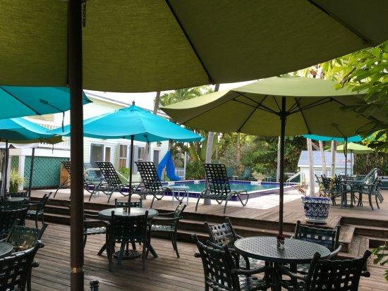 Key Lime Inn Key West : Vista para a piscina e local onde é servido o café da manhã
