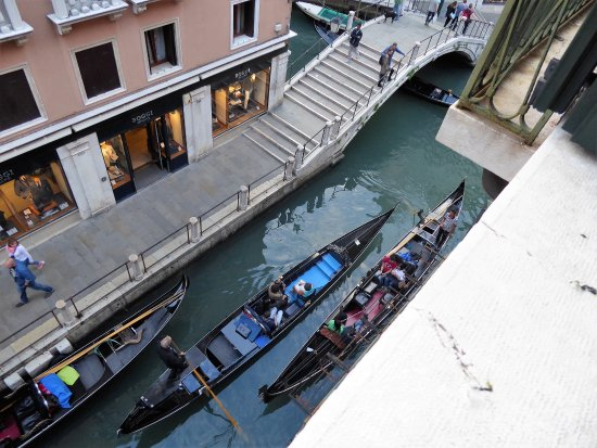 Locanda Orseolo: Passing gondoliers, not singing!