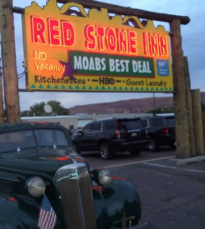 Red Stone Inn: Sign says it all!