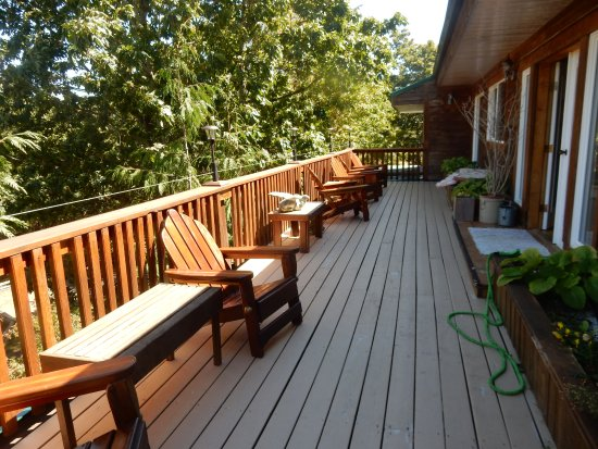 Gabriola Island, Canadá: Huge balcony out front of the b&b. Gets more sun too!