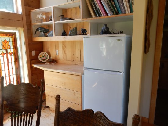 Gabriola Island, Canada: Full size fridge. Small kitchen in through doorway, right side of fridge.