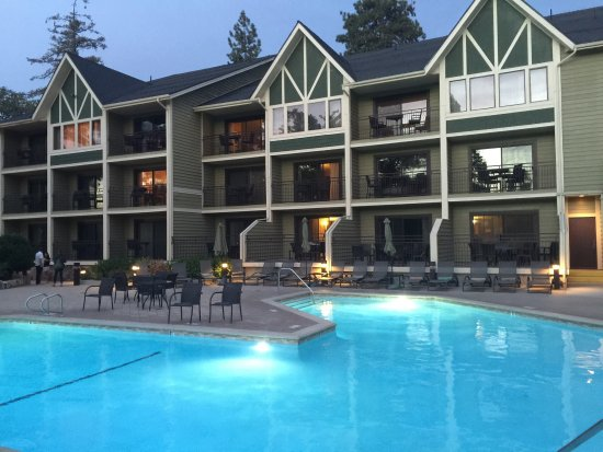 Lake Arrowhead, CA: Sunset view of the hotel