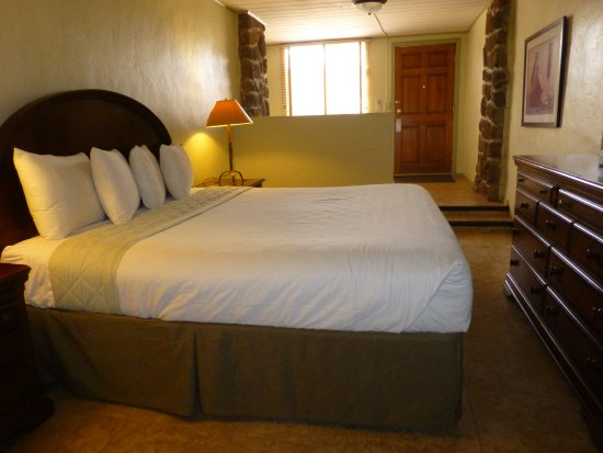 Mira Vista Resort: Standard hotel room with King bed, sitting area, patio on central courtyard