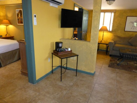Mira Vista Resort: Premium room #33 with separate King bedroom and large living room