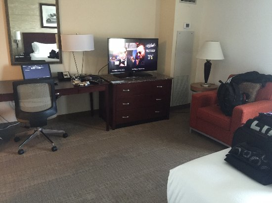 Rosemont, IL: big tv and plenty of room to work with plenty of outlets