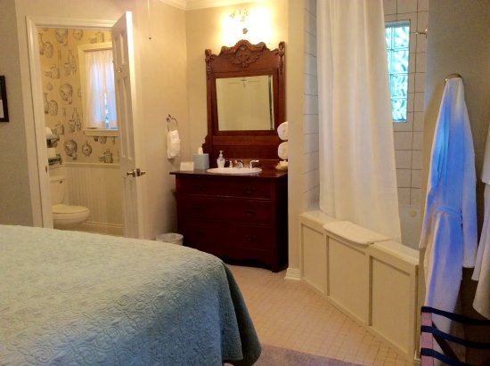 "Natchitoches, LA: Shower/Tub area in ""Library Suite"""