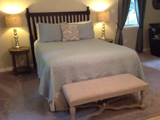 "Natchitoches, LA: Queen bed in ""Library Suite"""