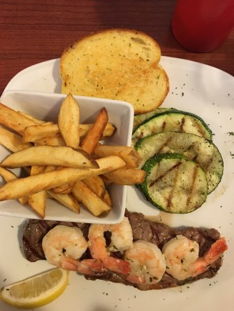 Three Hills, Canadá: Steak and prawns special. YUM! Great side of garlic bread, perfectly grilled veggies, perfectly