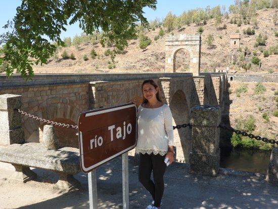 Alcantara, Espanha: Placa do rio Tajo (Tejo) e a Ponte Romana.