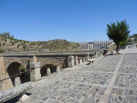 Alcantara, Spanje: A Ponte Romana e a Represa de Alcântara ao fundo.