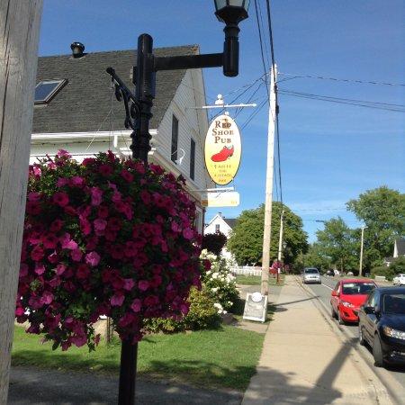 The Red Shoe Pub: Outside the pub