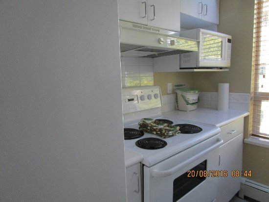 Robson Suites: Kitchen