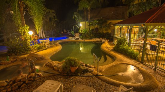 Tropic Oasis Holiday Villas: Pool at night