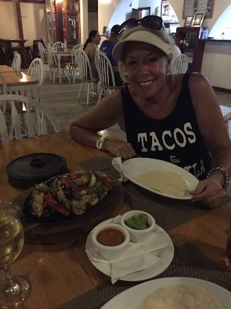 Splash Inn Dive Resort: Tacos, no! Awesome chicken fajitas,