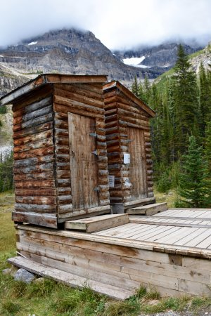 Las Rocosas Canadienses, Canadá: Best toilets with a view!! OOOOH but hold your nose! YUCK!