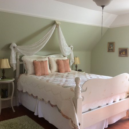 Nappan, Canada: Fabulous bed most comfortable sleeps fields of dreams room private bath across the hall.
