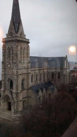 Hotel Plaza Bariloche: vista desde el desayunador la catedral