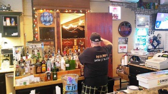 Denison, Teksas: behind the bar