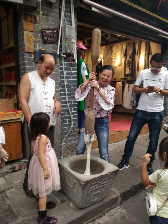 Chongqing, Chiny: Tourists try to make local food