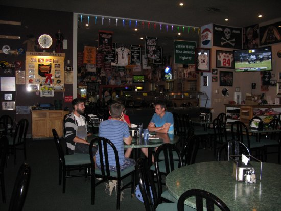 Chet & Matt's Pizza : A pizzeria with a sporty atmosphere