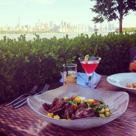 Edgewater, Nueva Jersey: marinated steak salad, cosmo, nyc skyline view...perfect sunday evening