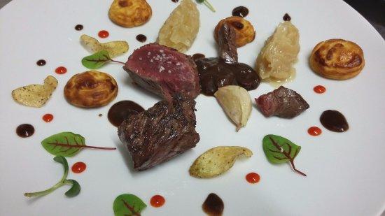 Cellettes, Francia: Onglet de boeuf au poivre de Belem, compotée d'oignons yassa, pommes duchesses à la noix de musc