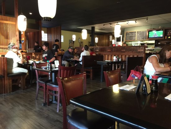 Carpintería, CA: カウンターもあるが、寿司屋とは思えない内装