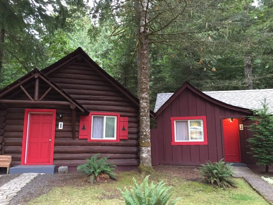 Gateway Inn & Cabins: Cute cabins, right at the entrance for reasonable price!