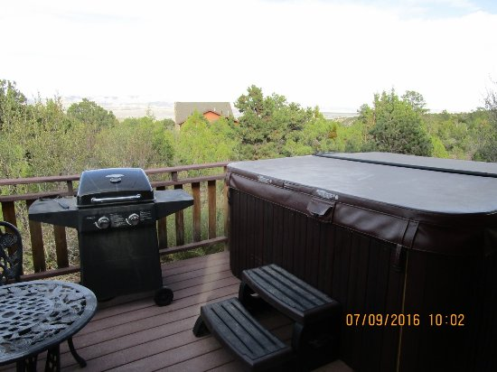Stone Canyon Inn: Barbecue and hot tub