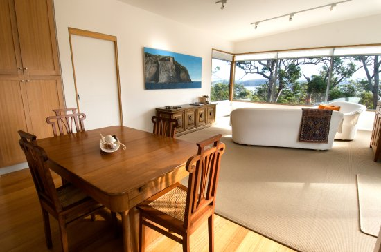 Bruny Island, Australien: Dining and living spaces...