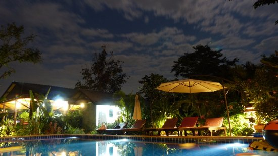 Hang Dong, Thailand: Pool by night