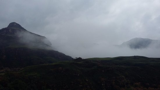 Winterton, Südafrika: looking at the mist on top of the mountains from a gorge at the foot of the mountain