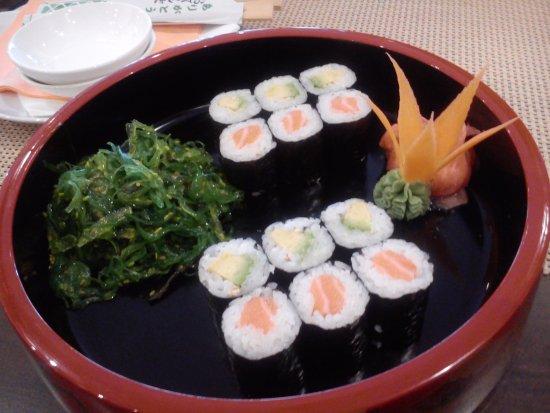 Nitra, Eslováquia: Maki avocado, Maki losos + morské riasy Wakame