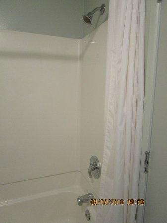 Yavapai Lodge: Shower over bath
