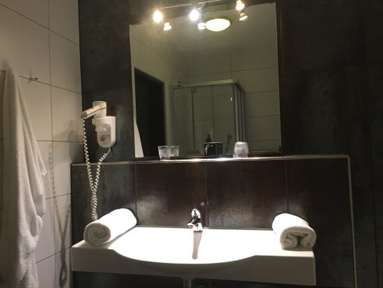 Moers, Deutschland: Reasonable hotel, easy to access from the highway. Very big, rooms are decent, but very hot and