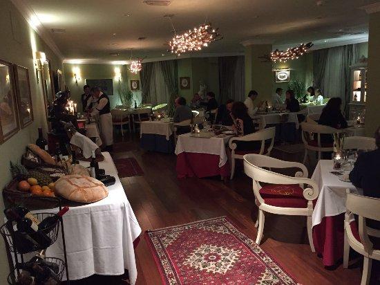 Restaurante Alhacena: vista del salón del restaurante desde la puerta
