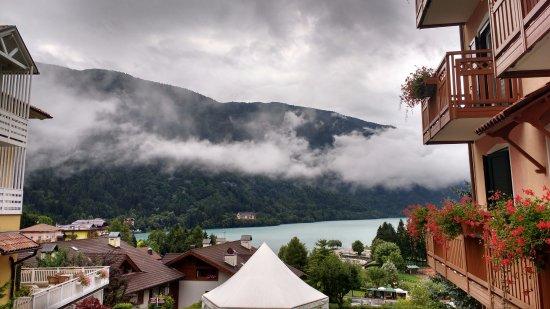 Hotel Negritella: vista del lago dalla via dell'hotel