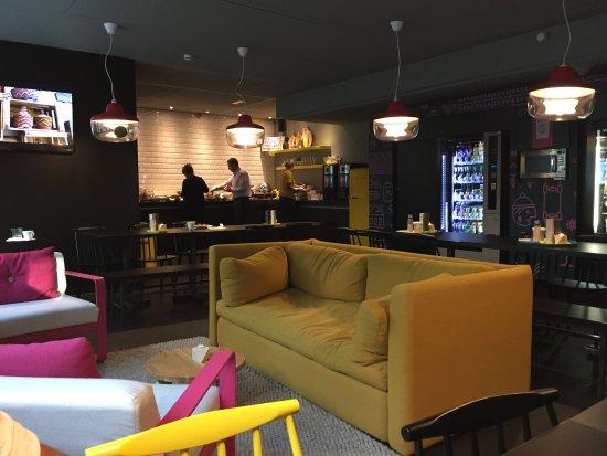 Qbic Hotel Amsterdam WTC: Réception, salle petit dèj, coin café