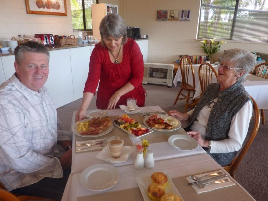 Batemans Bay Manor - Bed and Breakfast: Fully hosted breakfast - delicious!!
