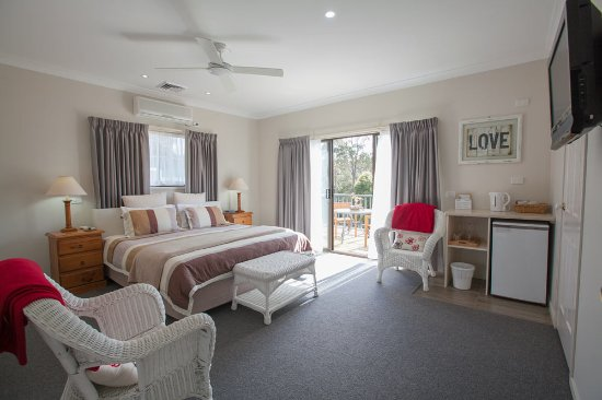 Batemans Bay Manor - Bed and Breakfast: KIng Deluxe Room #5 with private balcony