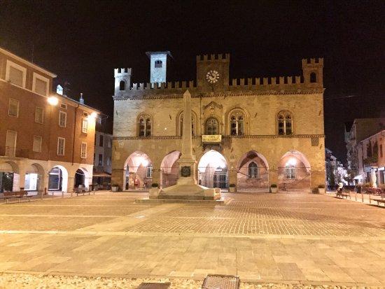 palazzo comunale di Fidenza di notte
